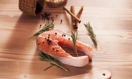 Frische rohe Lachse auf hölzernem Lizenzfreie Stockfotos