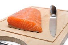 Frische rohe Lachsfische auf hölzernem Vorstand Stockfotos