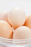 Frische rohe organische Eier in der Glasschüssel lizenzfreies stockfoto