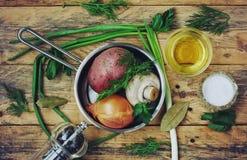 Frische rohe Pilze, Kartoffeln und Zwiebel in der Bratpfanne Stockfotografie
