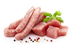 Frische rohe Würste und Fleisch lizenzfreies stockfoto