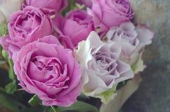 Frische rosa Blumen in einem Blumenstrau?, Nahaufnahme, Weinleseblumenstrau? mit Pfingstrosenrosen lizenzfreie stockfotos