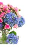 Frische rosa Rosen des Blumenstraußes und blaue Hortensiablumen schließen oben lizenzfreie stockbilder
