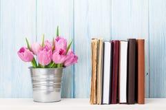 Frische rosa Tulpe blüht Blumenstrauß und Bücher lizenzfreies stockfoto