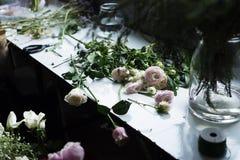 Frische Rosen-Blumen-Anordnung dekorativ lizenzfreie stockbilder