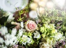 Frische Rosen-Blumen-Anordnung dekorativ stockbilder