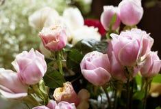 Frische Rosen-Blumen-Anordnung dekorativ stockfotos
