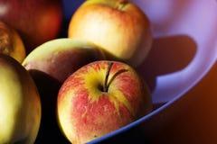 Frische rote Äpfel auf einer Tabelle Lizenzfreie Stockfotos
