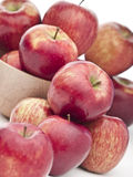 Frische rote Äpfel auf weißem Hintergrund Stockbilder