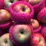 Frische rote Äpfel für Verkauf lizenzfreie stockfotografie