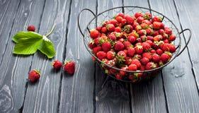 Frische rote Erdbeere in einer Schüssel auf einem dunklen rustikalen hölzernen Hintergrund, Draufsicht mit Kopienraum Stockfotos