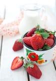 Frische rote Erdbeeren Stockbild