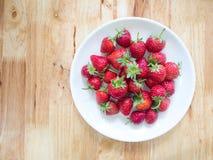 Frische rote Erdbeeren in der Platte auf dem Tisch gesetzt Lizenzfreies Stockfoto