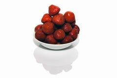Frische rote Erdbeeren in der weißen Schüssel ein getrennt Lizenzfreie Stockfotos