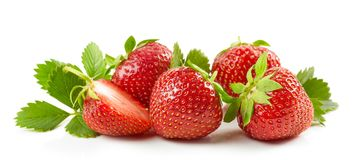 Frische rote Erdbeeren mit grünen Blättern Stockbild