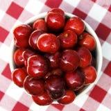 Frische rote Kirschen stockfotografie