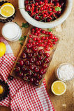 Frische rote Kirschen auf einem rustikalen Holztisch Reife Kirschen I O Stockbilder