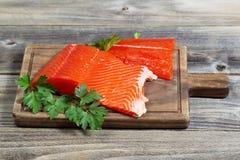 Frische rote Lachse auf hölzernem Server Lizenzfreies Stockfoto