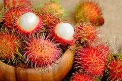 Frische rote Rambutanfrucht lizenzfreie stockbilder
