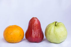 Frische rote rosafarbene saubere Frucht der Apfel-, Orange und Grünerguave Lizenzfreies Stockfoto