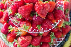 Frische rote saftige Erdbeerservierplatte stockfotografie