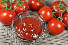 Frische rote Tomaten und Ketschup stockfotos