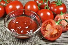 Frische rote Tomaten und Ketschup Stockbild
