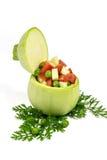Frische runde hellgrüne Zucchini gefüllt mit Erbsen, gehackter Tomate und Zucchini auf der Petersilie lokalisiert auf Weiß Stockfotos