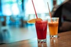Frische Säfte mit Früchten im Restaurant lizenzfreies stockfoto