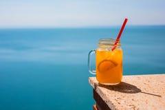 Frische Säfte mit Früchten am Seebad lizenzfreies stockfoto