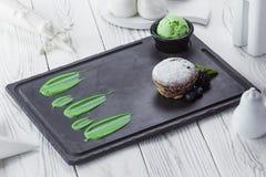 Frische süße kleine Kuchen mit Beeren auf einer Tabelle stockbilder