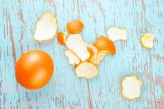 Frische Süßorange-Frucht und Schale auf rustikalem hölzernem Hintergrund Stockfotografie