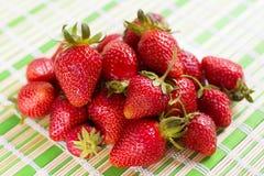 Frische saftige Erdbeeren, die auf dem Tisch liegen Lizenzfreies Stockbild