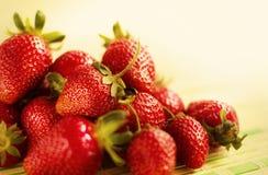 Frische saftige Erdbeeren, die auf dem Tisch liegen Stockfoto