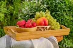 Frische saftige Frucht auf dem natürlichen Hintergrund Stockfotografie