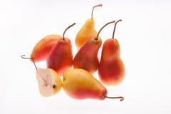 Frische, saftige, helle Birne auf einem weißen glühenden Hintergrund Lizenzfreies Stockfoto