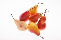 Frische, saftige, helle Birne auf einem weißen glühenden Hintergrund Stockbild