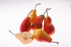 Frische, saftige, helle Birne auf einem weißen glühenden Hintergrund Stockfoto