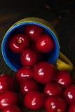 Frische saftige Kirsche auf dem Tisch lizenzfreies stockfoto