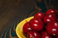 Frische saftige Kirsche auf dem Tisch stockfotografie