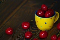 Frische saftige Kirsche auf dem Tisch Stockfotos