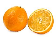 Frische saftige Orangen auf einem weißen Hintergrund Stockfotos