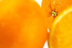 Frische saftige Orangen auf einem weißen Hintergrund Stockbilder