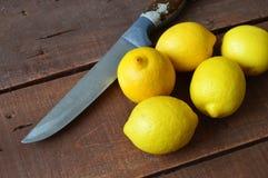 Frische saftige Zitrone auf den Salat und frisch für die Fische, Stockbild