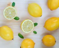 Frische saftige Zitronen und tadelloser Hintergrund stockbilder
