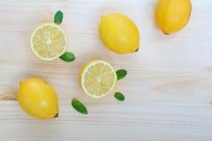 Frische saftige Zitronen und tadelloser Hintergrund mit Raum für Text stockfoto