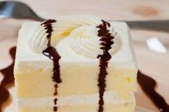 Frische Sahnekuchennahaufnahme mit Schokoladensoße Lizenzfreies Stockfoto