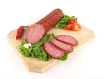 Frische Salami mit Scheiben Stockfoto