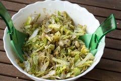 Frische Salatschüssel mit Essigsoßebehandlung Stockfoto