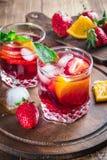 Frische Sangria mit Beeren und Frucht Stockbild